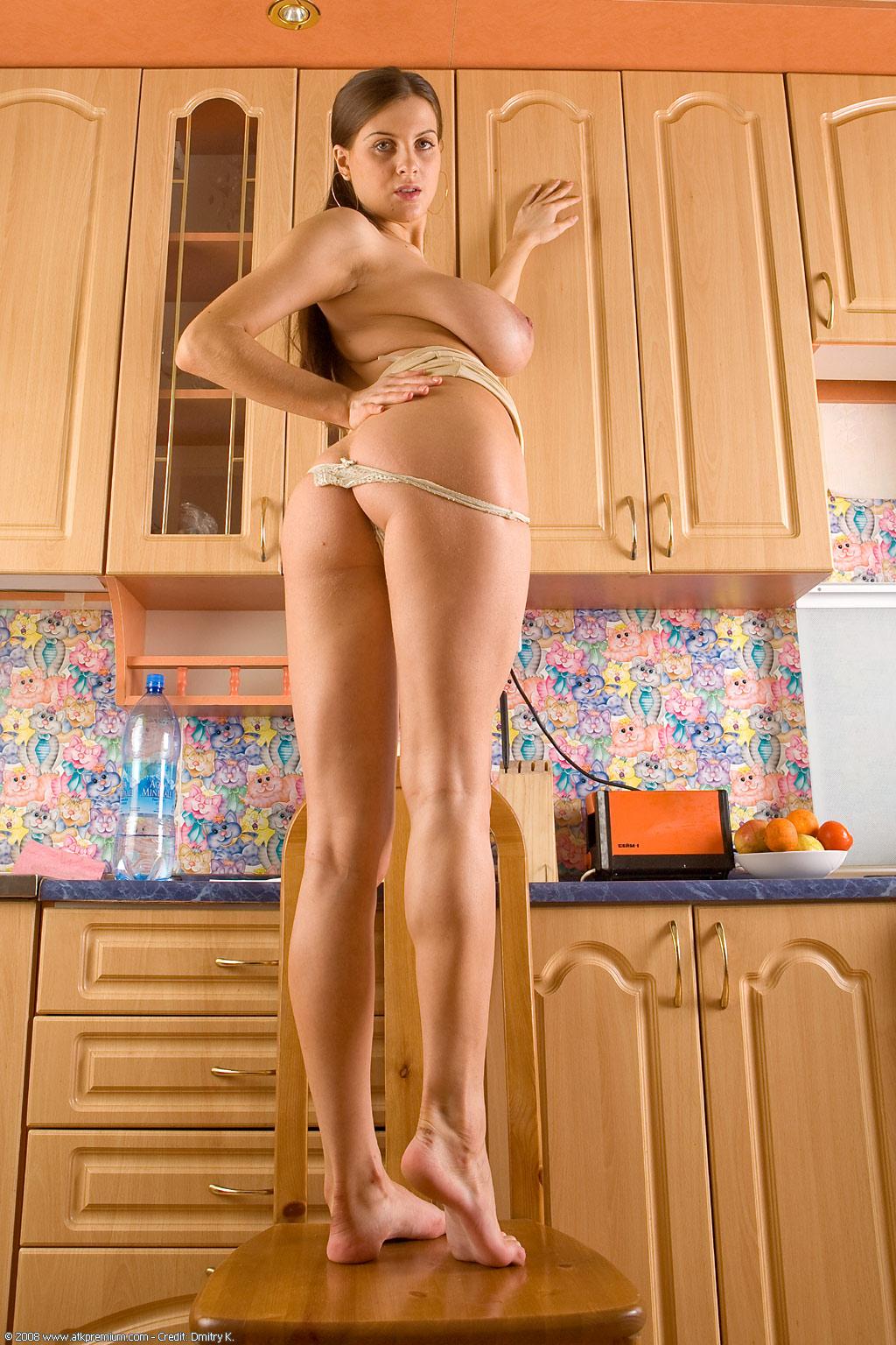 Anastasia en la cocina.Impresionantes tetas narurales.