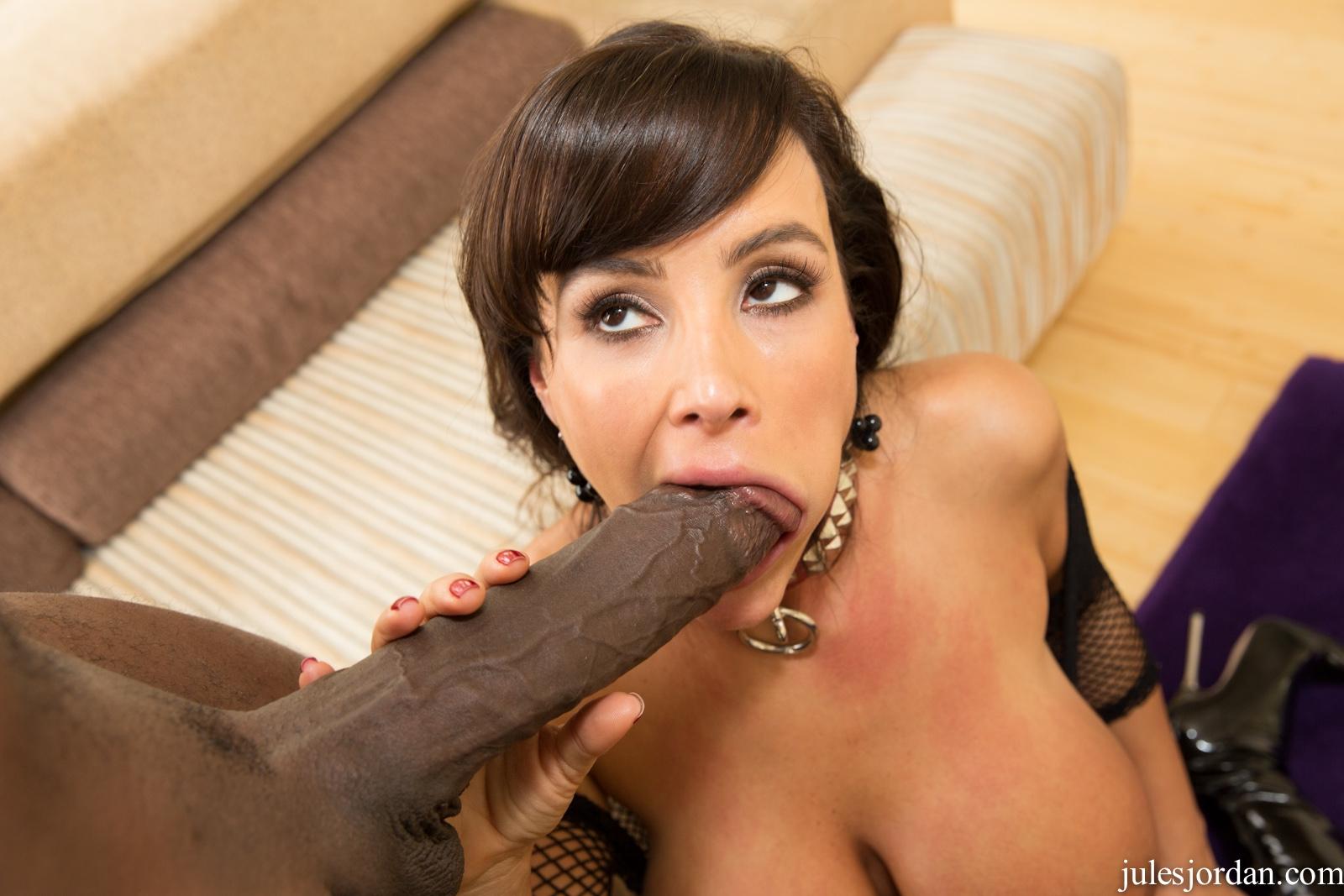 Lisa Ann - una verga negra y enorme para ella (interracial)