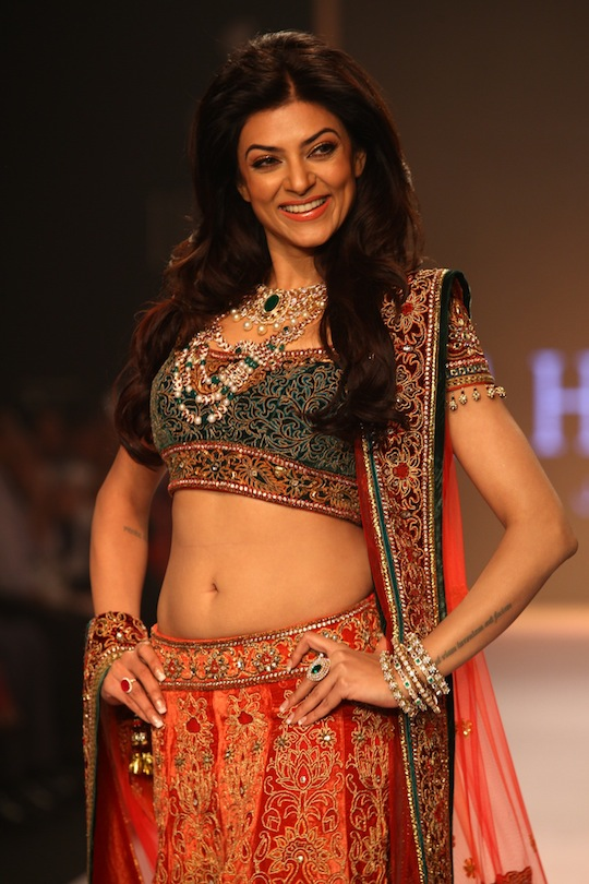 Bollywood celebs On the Ramp IIJW 2013 15 images AddkCGVz