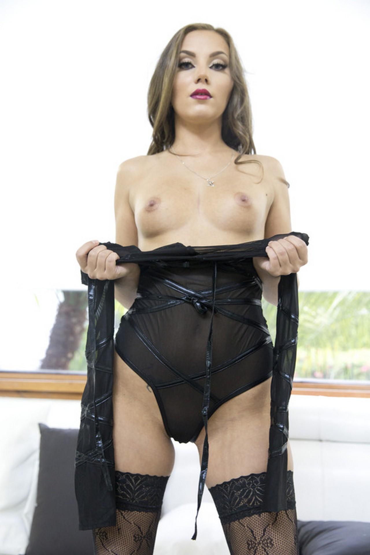 Maria Devine muestra su culo en lencería sexy