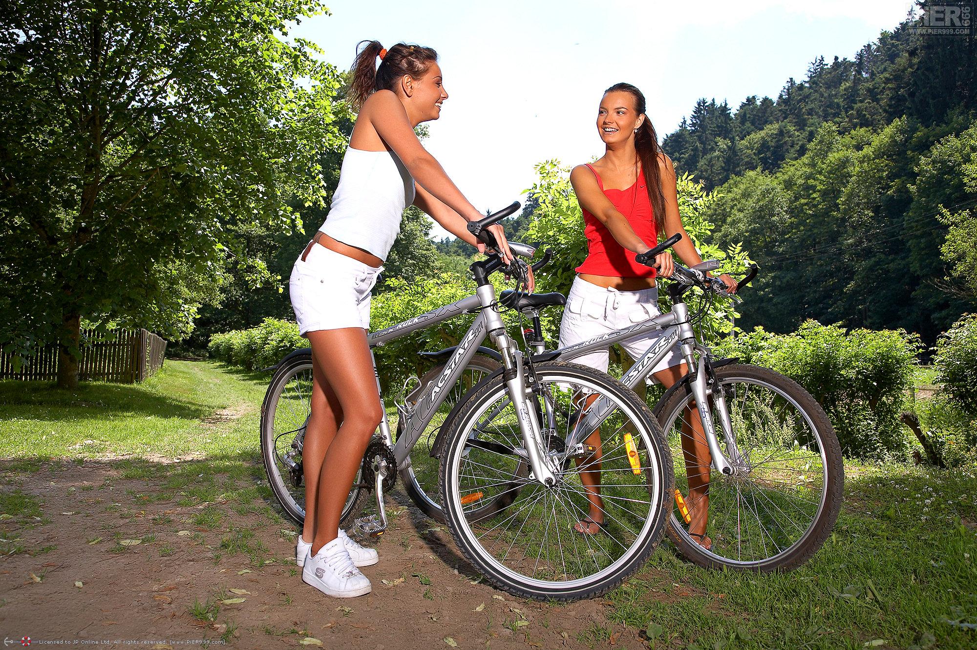 Dos chicas lindas muestran sus conchitas en el parque