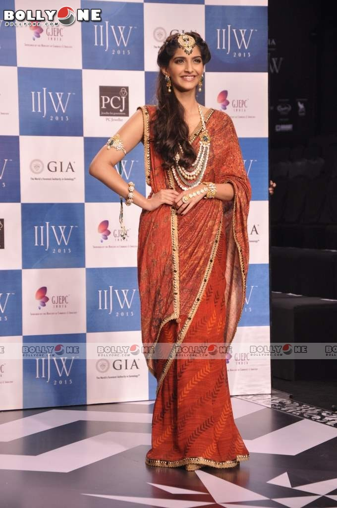 Sonam Kapoor Walks the Ramp at IIJW Grand Finale 2013 16 images  AdeR99Tq