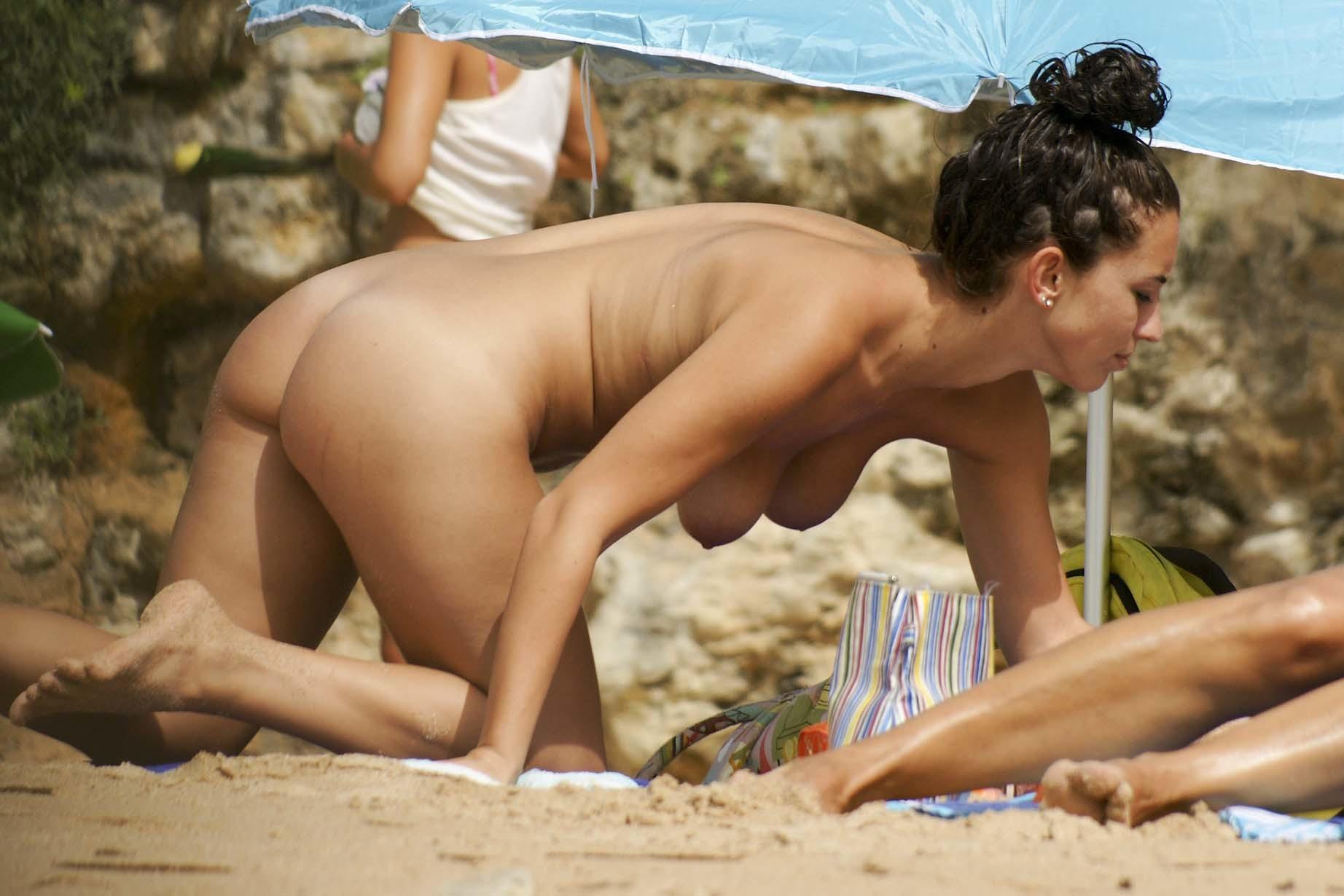2 hermosas chicas cambiandose de ropa en la playa - 2 1