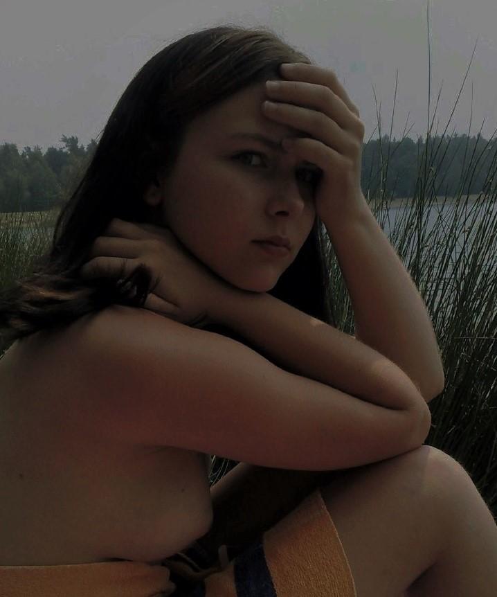 Amigas desnudas en el campo