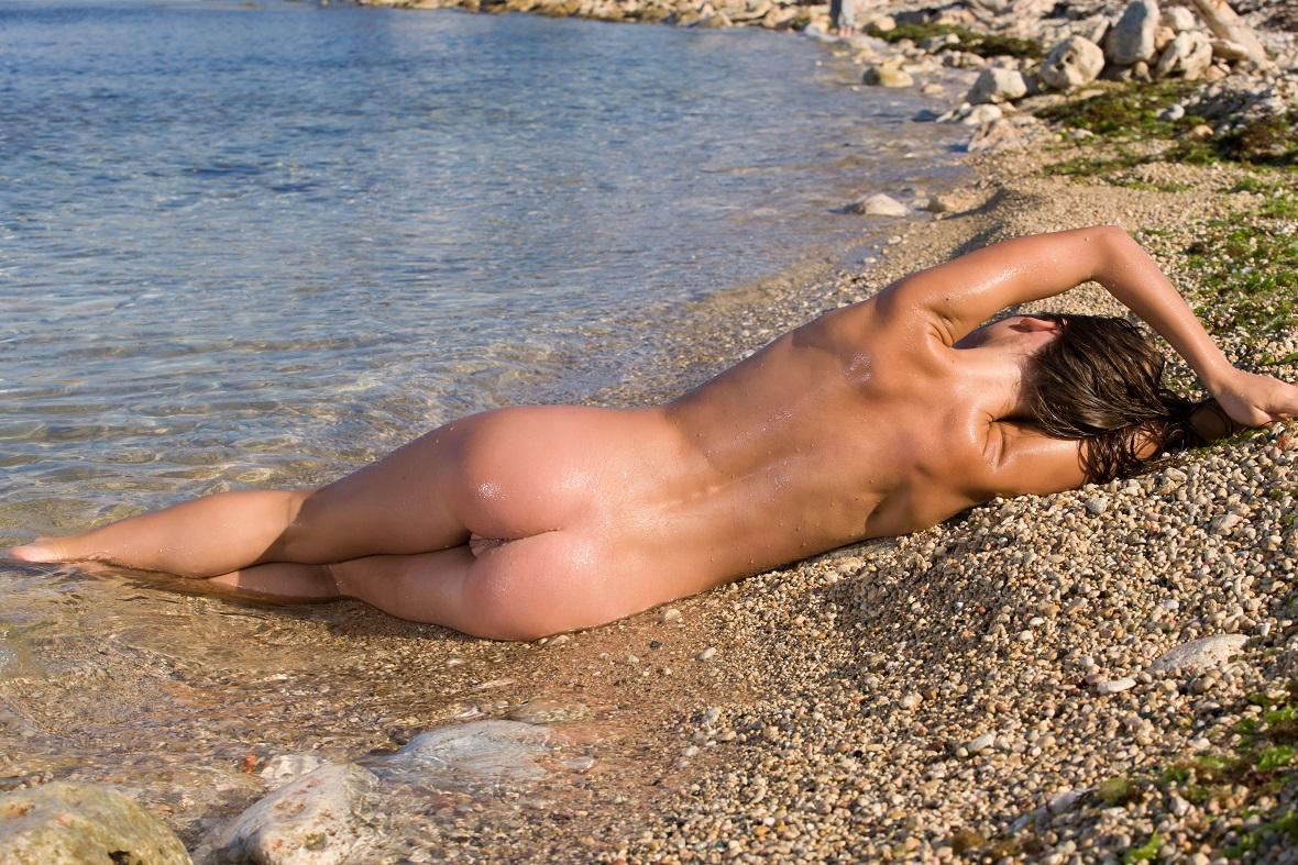 пользуется молодые попки на пляже эротика измена жены