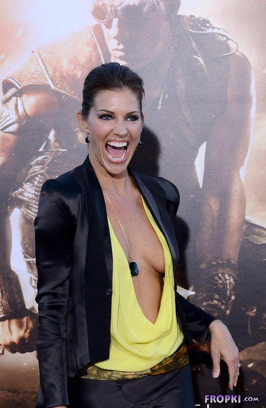 Tricia Helfer - Riddick Premiere in Los Angeles Abp3S2dl