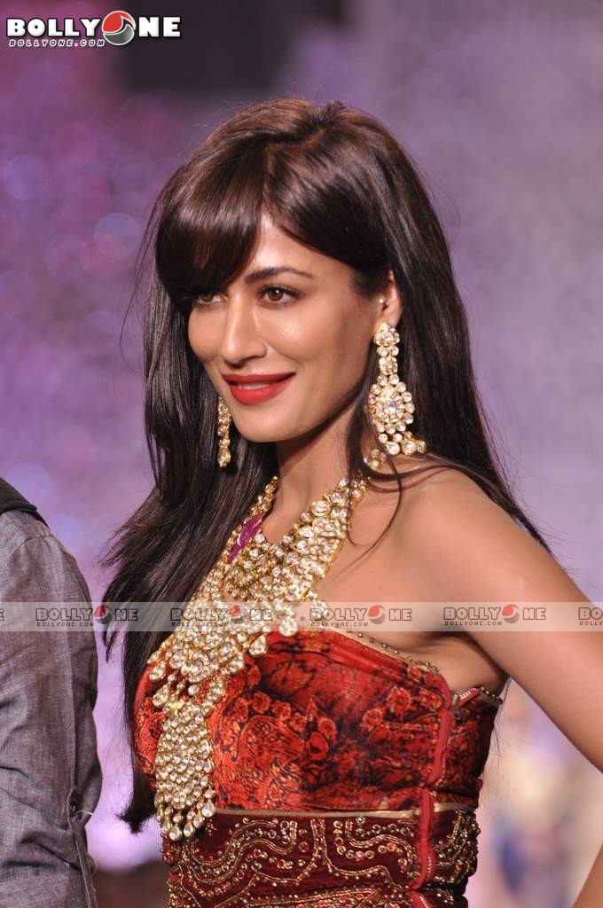 Chitrangada Singh Walks the Ramp at IIJW Grand Finale 2013 12 images AcpHrZTw