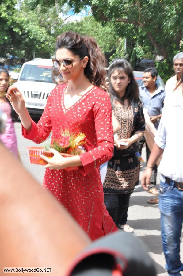 Deepika Padukone at Siddhivinayak Temple Pictures AbfH564h