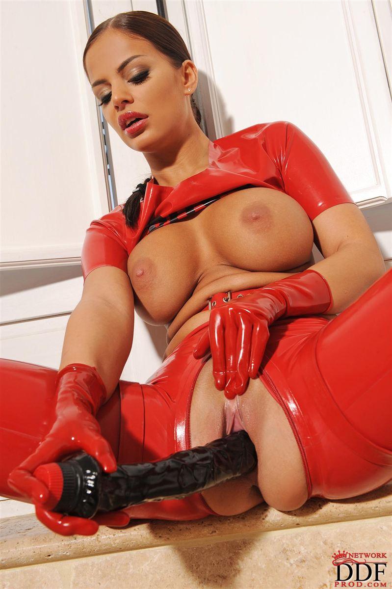 Angelika envuelta en latex rojo... Fetichismo puro