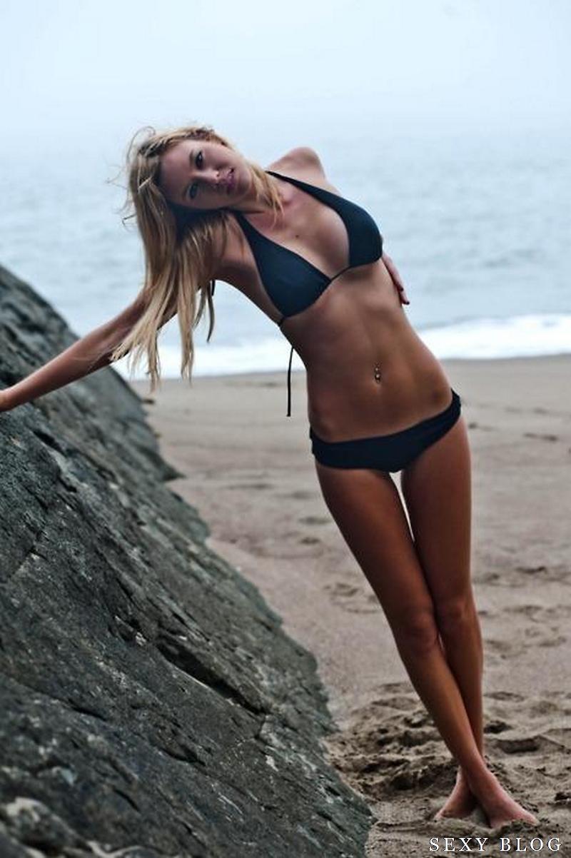 Девушки худые в купальниках на пляже фото
