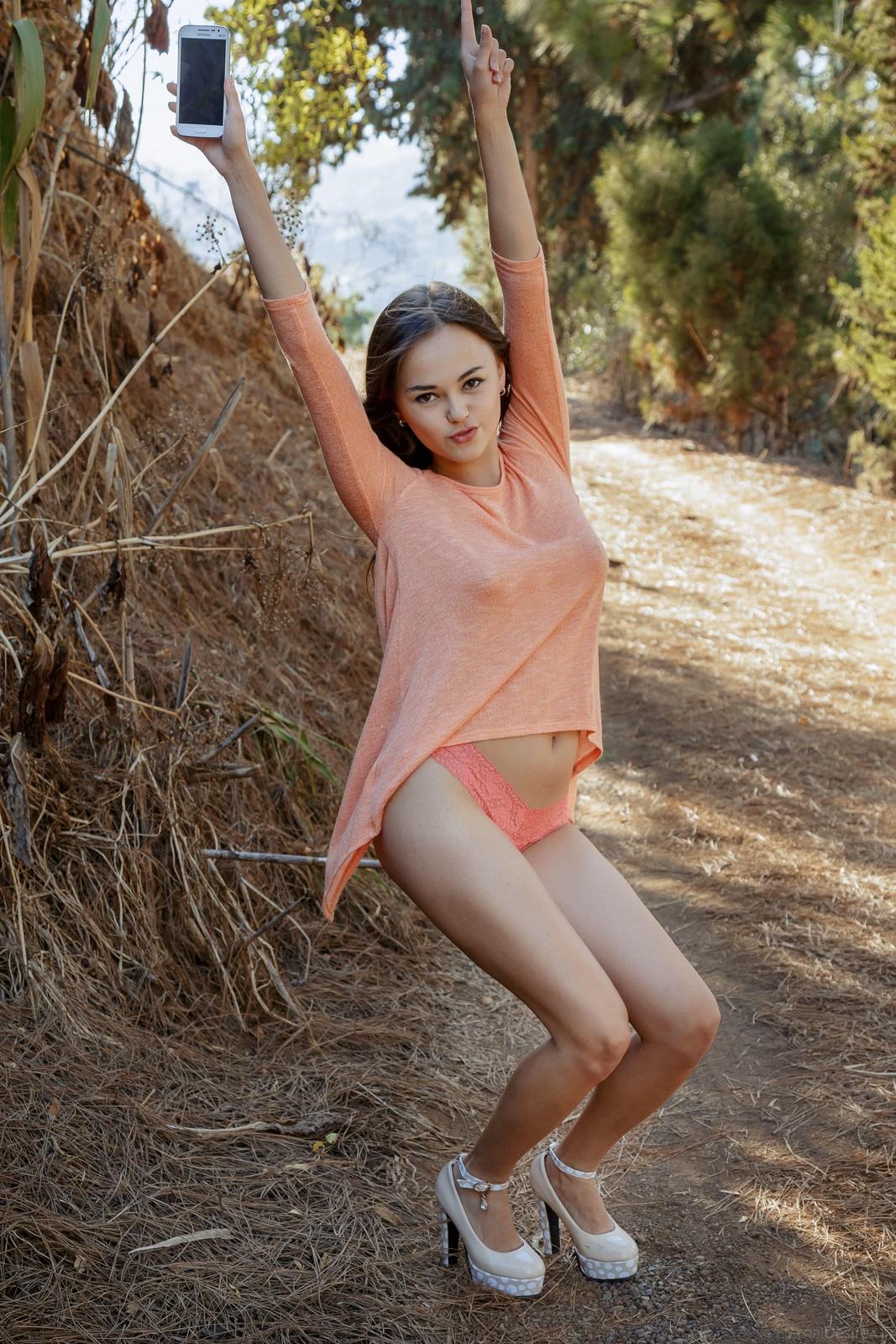 Li Moon muestra su golosa conchita al aire libre