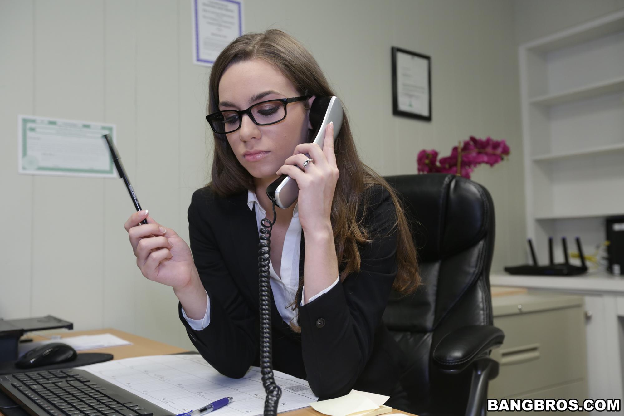 Tali dova muestra su rica conchita en la oficina poringa for Videos porno en una oficina