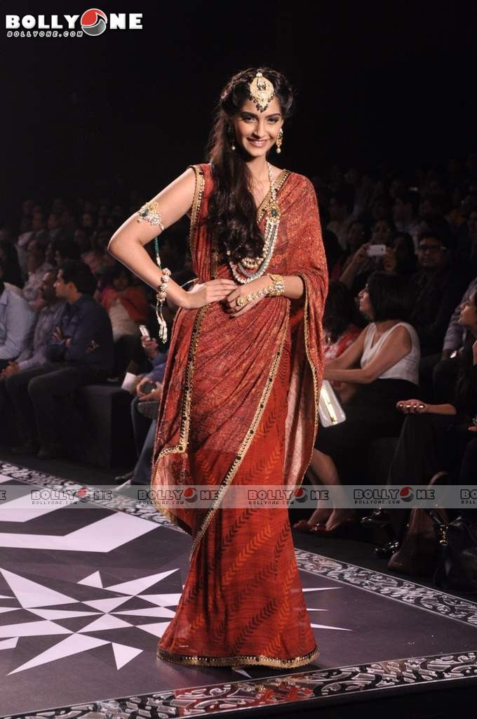 Sonam Kapoor Walks the Ramp at IIJW Grand Finale 2013 16 images  Abh8a6uF