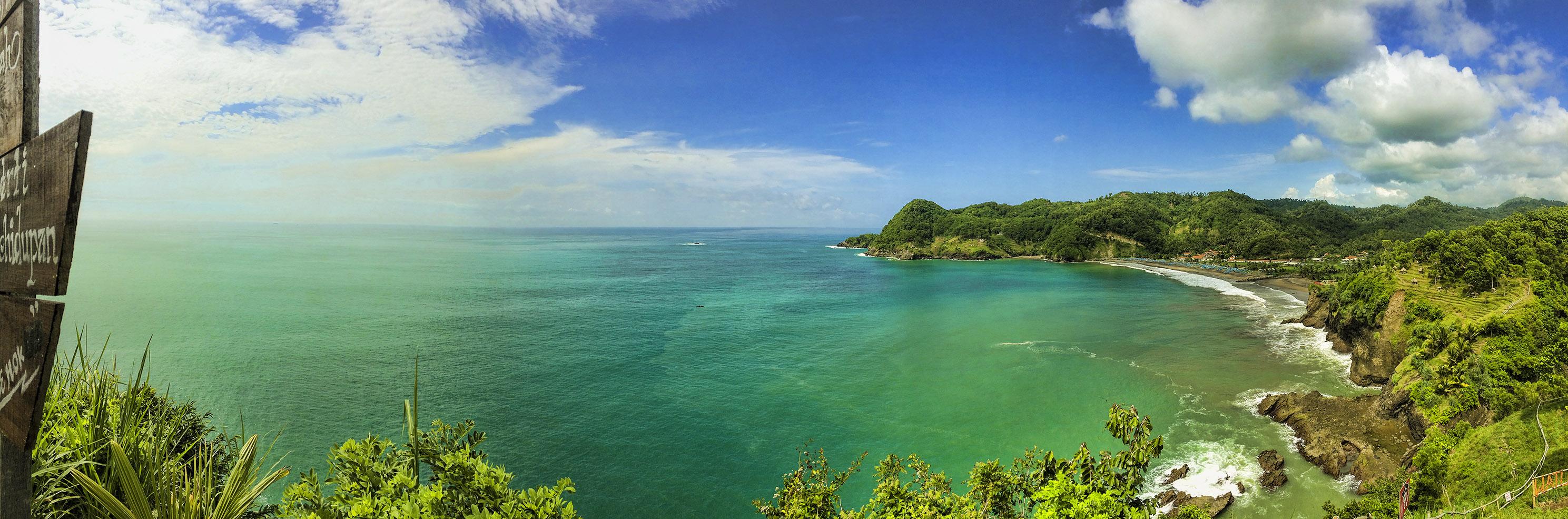 menikmati samudra hindia diatas tebing pantai patemon atau pantai watu pawon