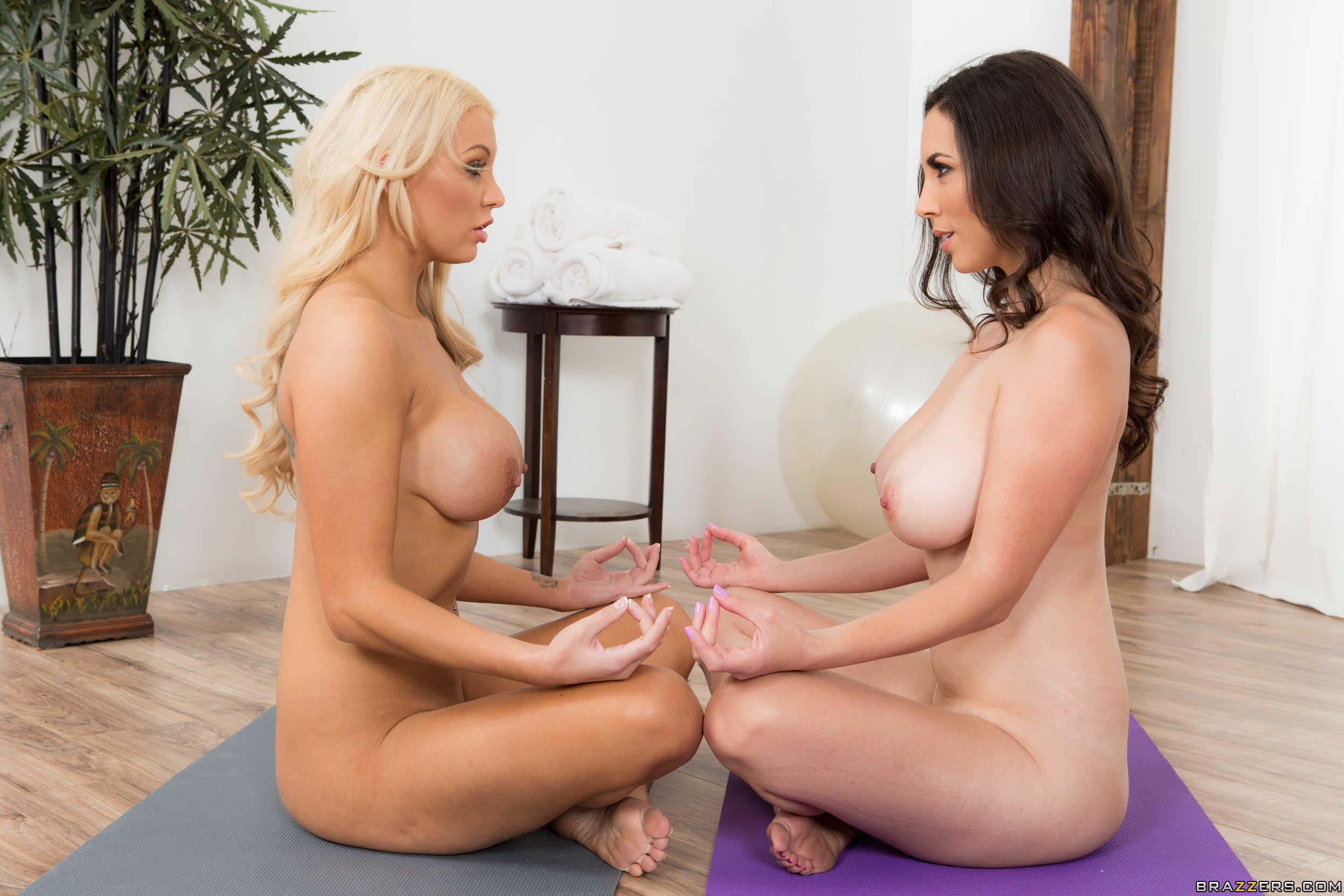 Jelena Jensen y Kenzie Taylor muestran sus conchitas juntas