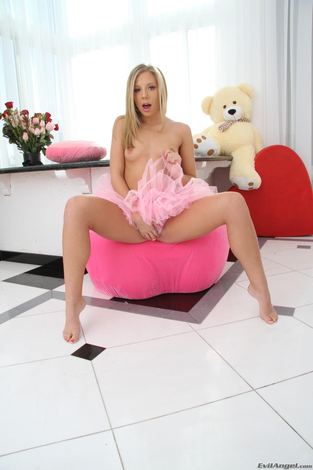 Chastity Lynn - ua angelita rosa muestra su conchita