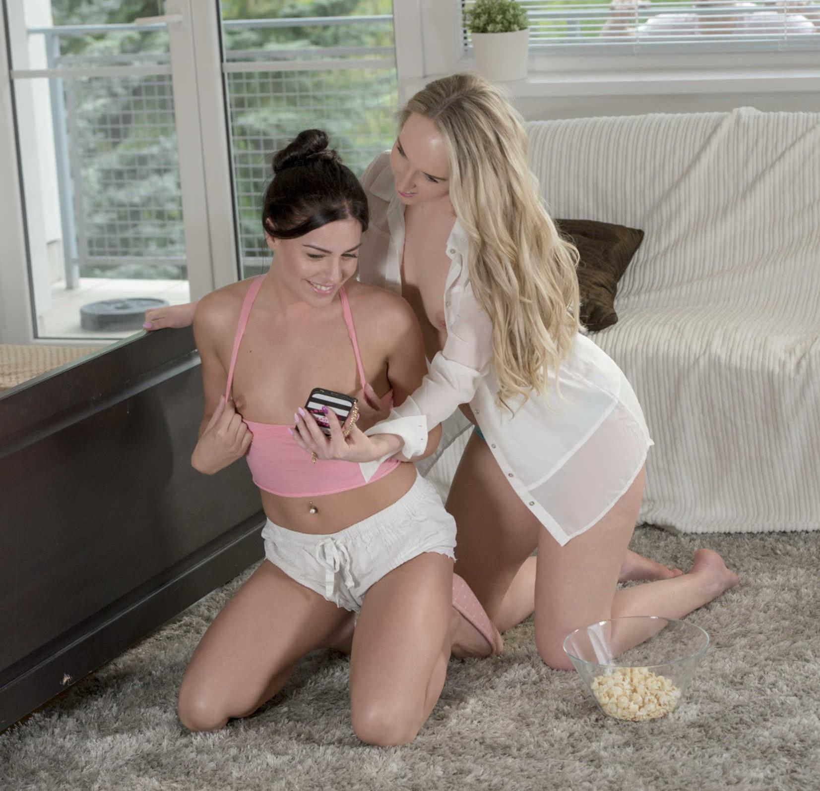Eveline Della y Jenny Simons - una verga para sus conchitas