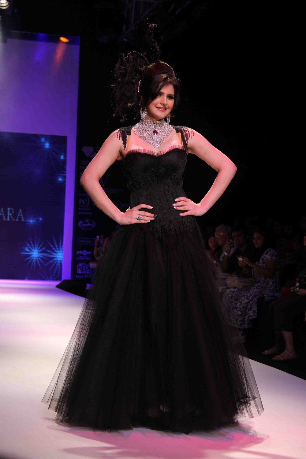 Zarine Khan Ramp Walk At IIJW Day Two Show HQ 11 images  AbyTYCXg
