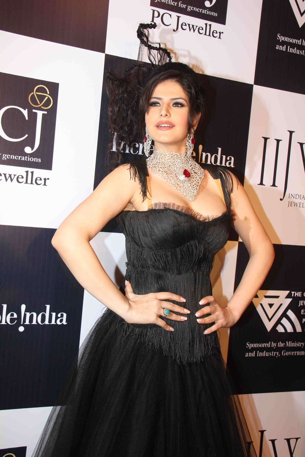 Zarine Khan Ramp Walk At IIJW Day Two Show HQ 11 images  AbjMKh89