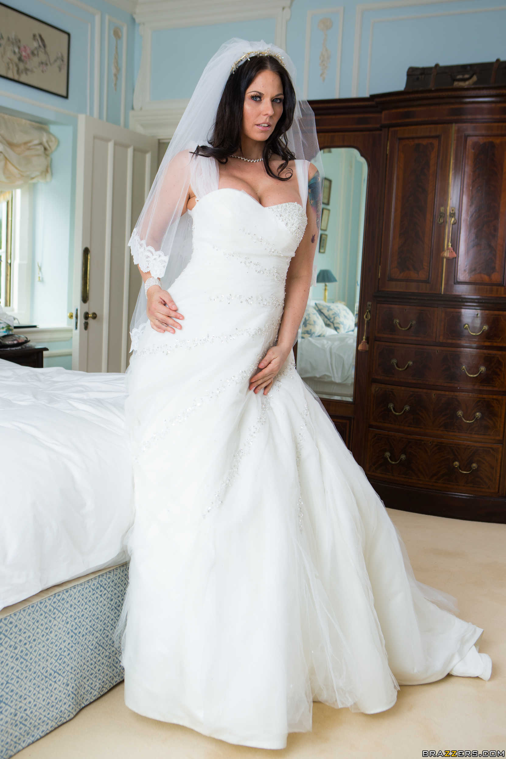 Simony Diamond - la novia muestra su conchita - Entangada