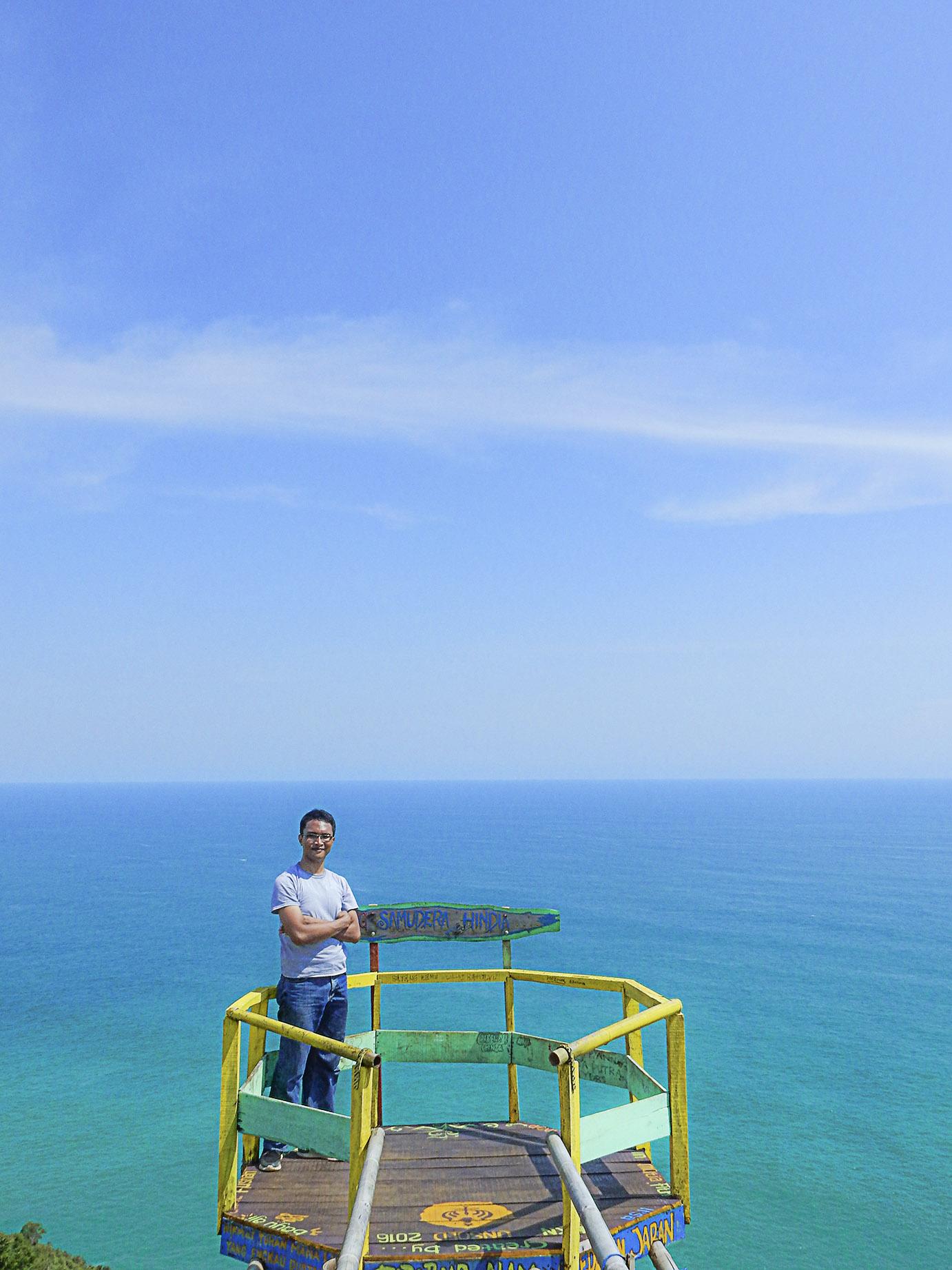 menikmati luasnya samudra hindia di atas puncak hud