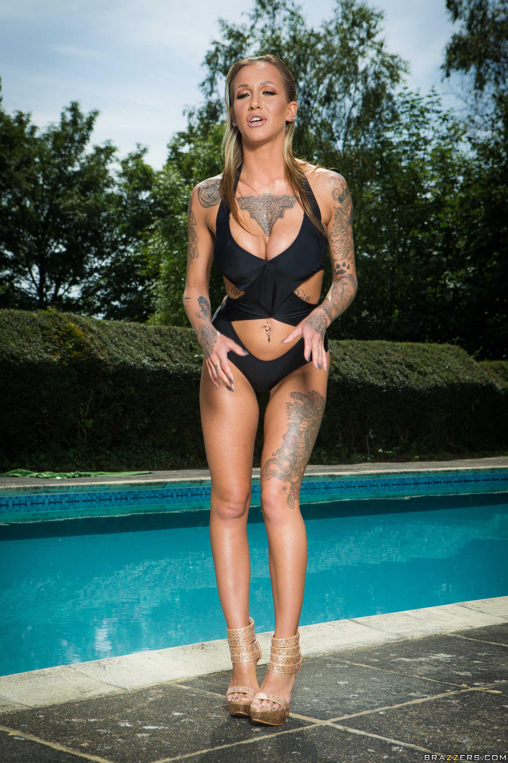 Chantelle Fox muestra su conchita al lado de la piscina