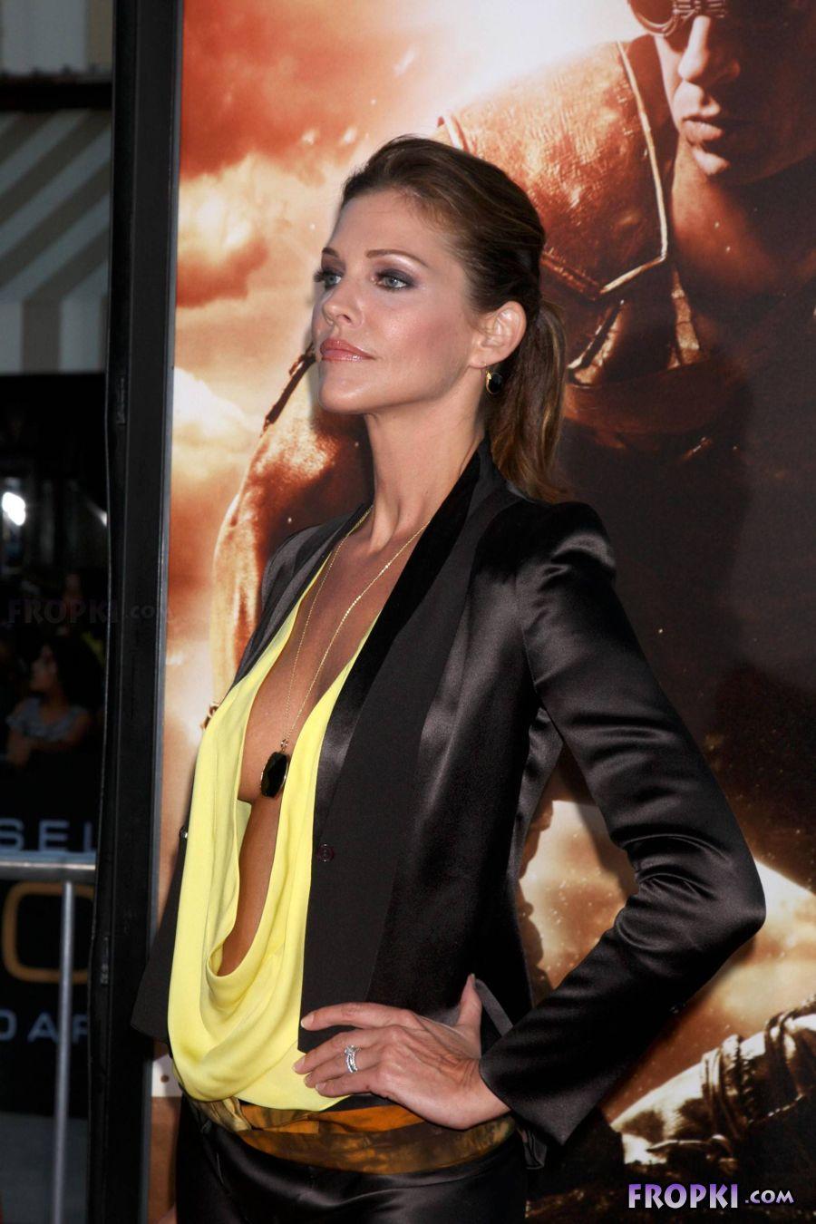 Tricia Helfer - Riddick Premiere in Los Angeles AciwaR3w