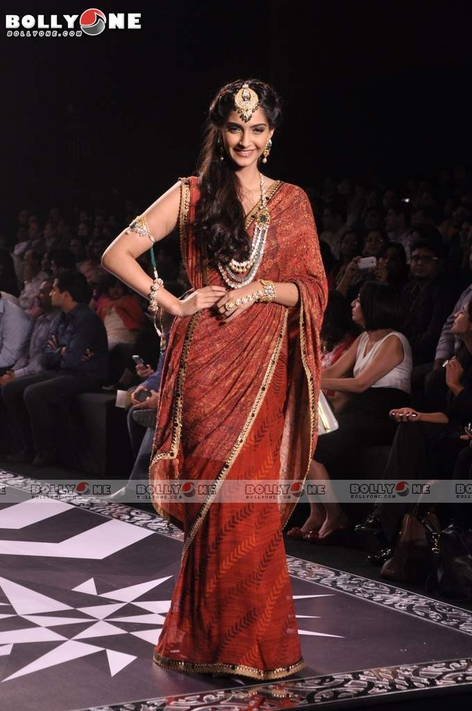 Sonam Kapoor Walks the Ramp at IIJW Grand Finale 2013 16 images  AcySfQ7x
