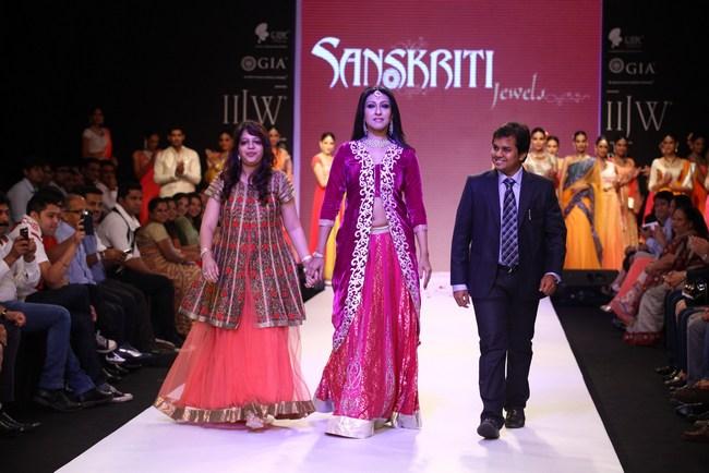 Bollywood celebs On the Ramp IIJW 2013 15 images AcyofvlJ