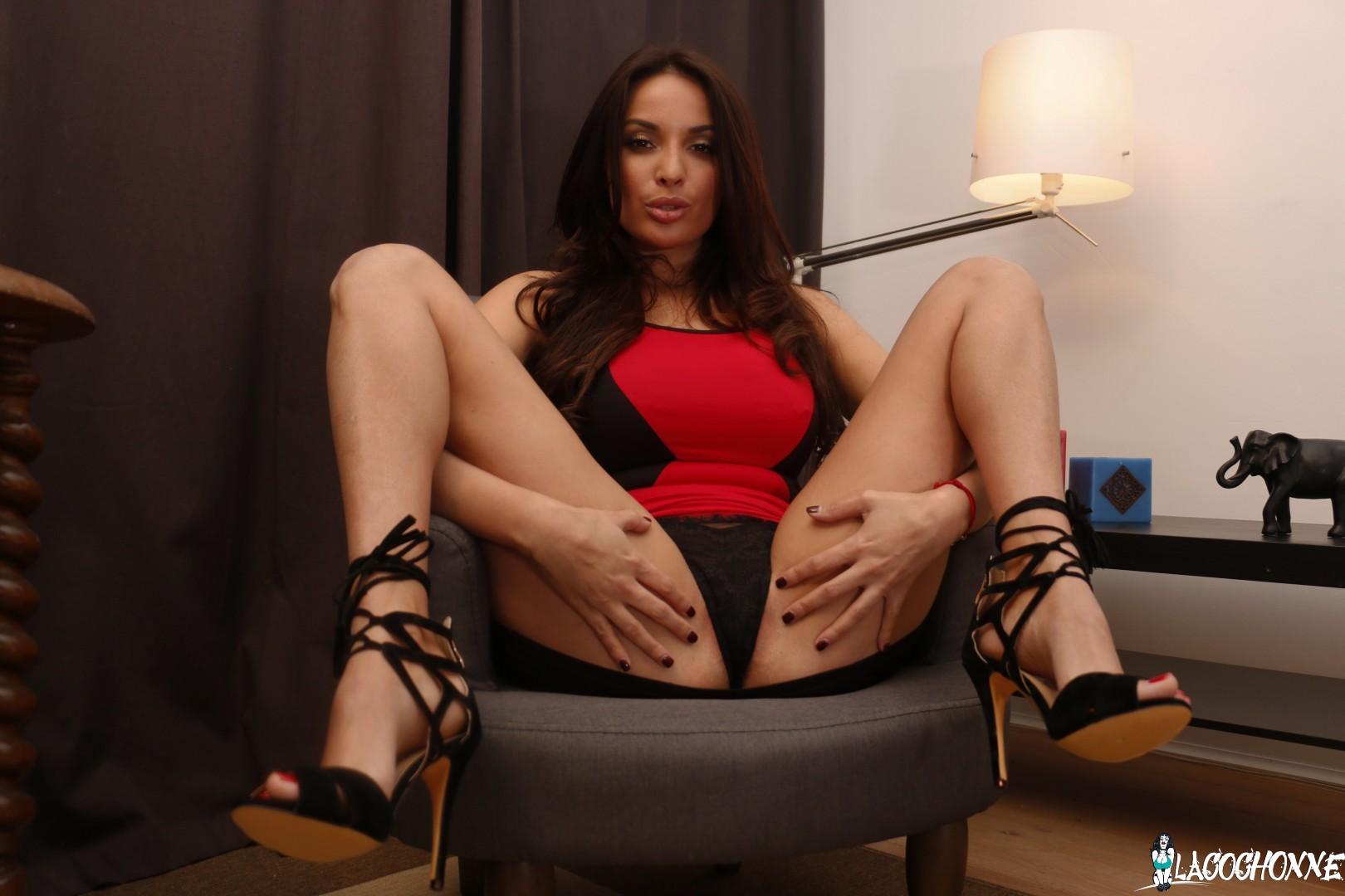 Abre sus piernas en la silla para que se la metan 7