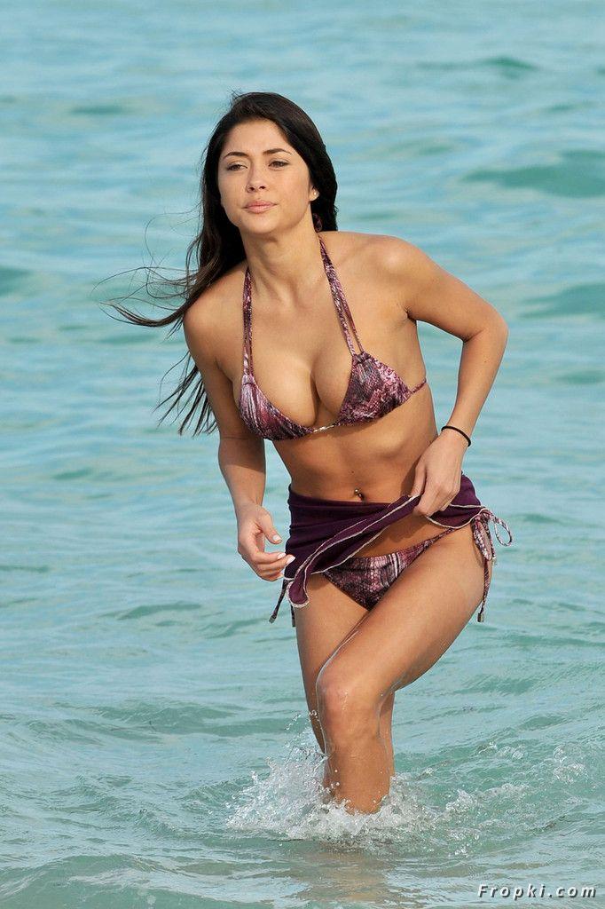 Arianny Celeste in bikini on a beach in Miami AcqQxOBR