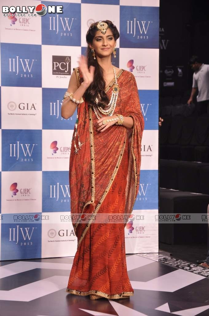Sonam Kapoor Walks the Ramp at IIJW Grand Finale 2013 16 images  AdodGf1V