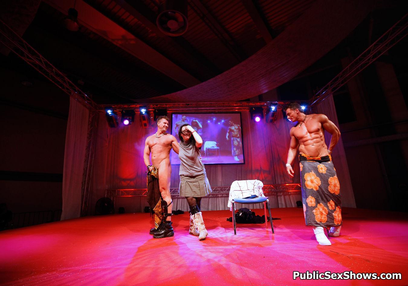 Public Sex Show mamadas rubia