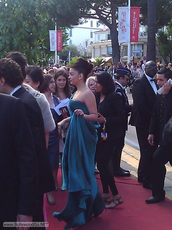 Aishwarya Rai at the Premiere of Cleopatra at the Cannes Adj3NQRf