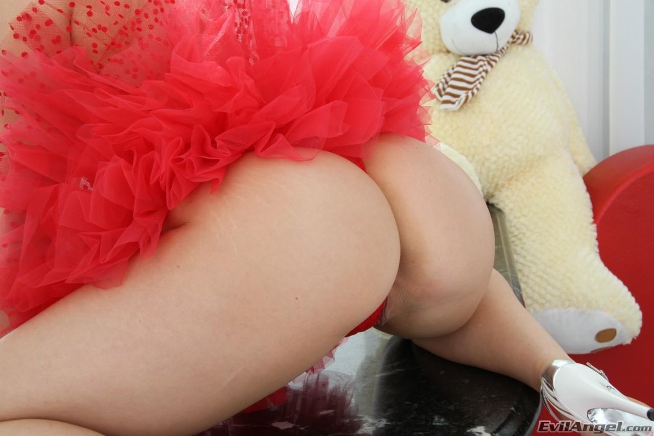 Ashley Fires - una angelita roja muestra su conchita