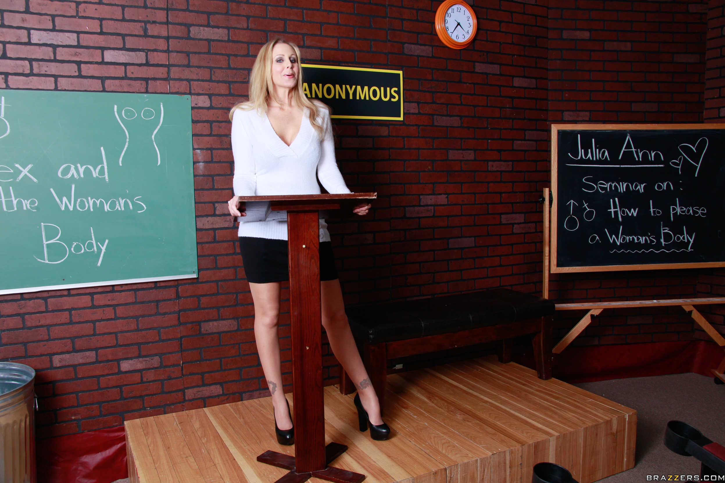 Julia Ann - La profesora muestra, chupa y coge en el aula