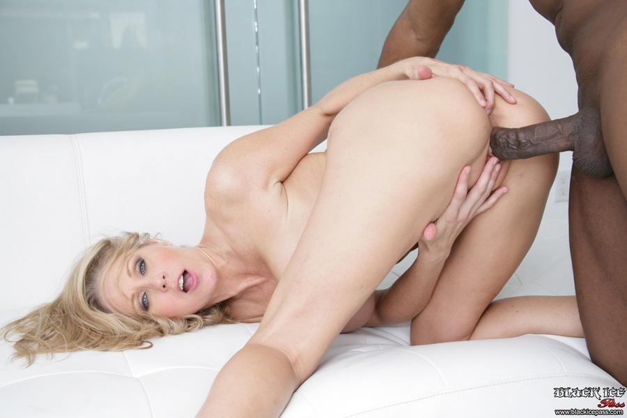 Julia Ann - el sexo interracial es su negocio